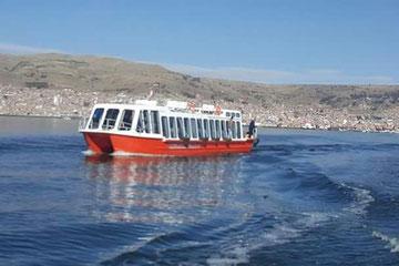 Embarcación Turística en el lago